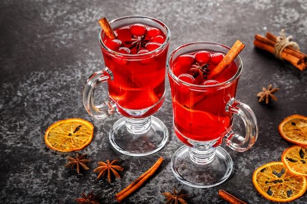 Grzane wino z cynamonem, anyżem, żurawiną i pomarańczą.