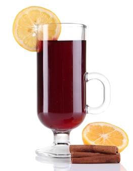 Grzane wino z cytryną i przyprawami na białym tle