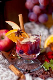 Grzane wino z owocami i cytrusami, smaczny zimowy napój. witaminy i piękne owoce.