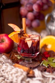 Grzane wino z owocami i cytrusami, smaczny zimowy napój.