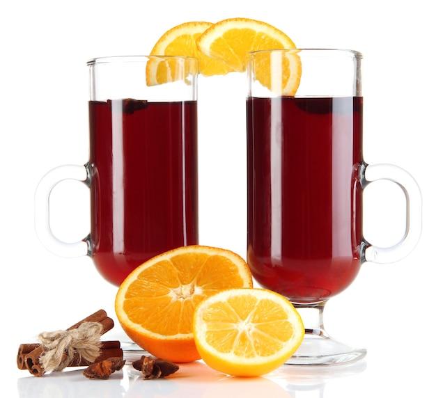 Grzane wino z pomarańczami i przyprawami na białym tle