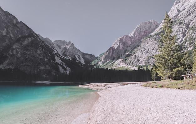 Grzbiet białej góry w pobliżu zbiornika wodnego