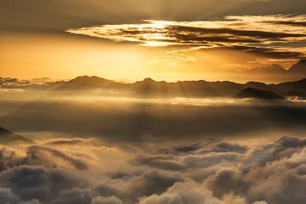 Grzbiet górski o zachodzie słońca. park narodowy langtang. himalaje. nepal