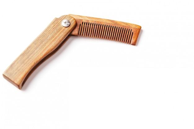 Grzebień z drzewa sandałowego na białym tle. pielęgnacja włosów.