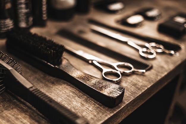Grzebienie i nożyczki do fryzur leżą na półce w kabinie