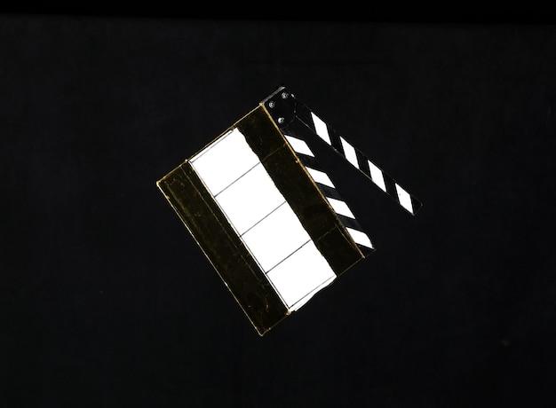 Grzechotka filmowa na czarnym tle