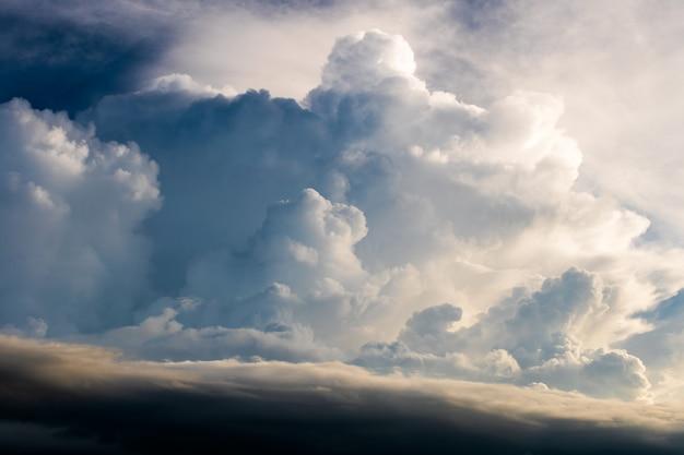 Grzmot burzowy niebo deszczowe chmury