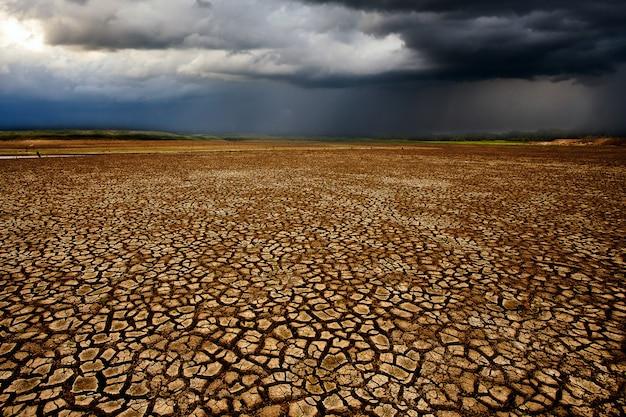 Grzmot burzy niebo chmury deszczowe pęknięty suchy ląd