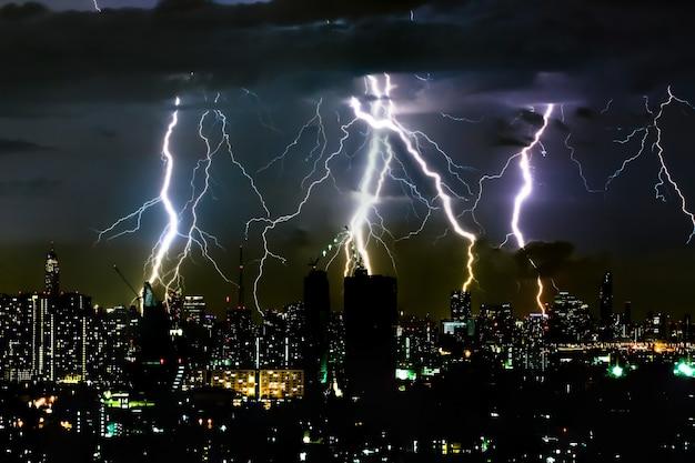 Grzmot burzy oświetlenia na horyzontalnym niebie i scape miasta