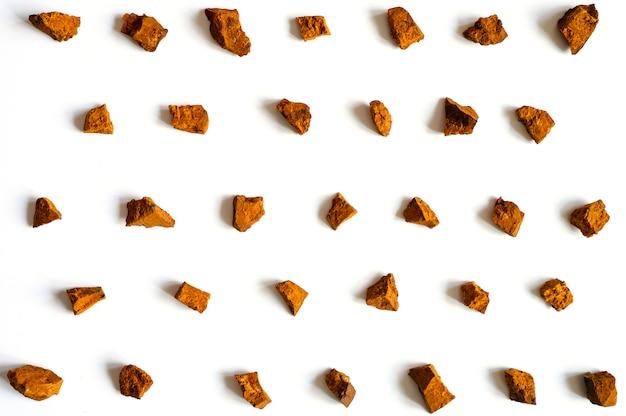 Grzyb chaga. połamane kawałki chaga z brzozy do warzenia naturalnej przeciwnowotworowej leczniczej, przeciwzapalnej i antywirusowej herbaty detoksykacyjnej
