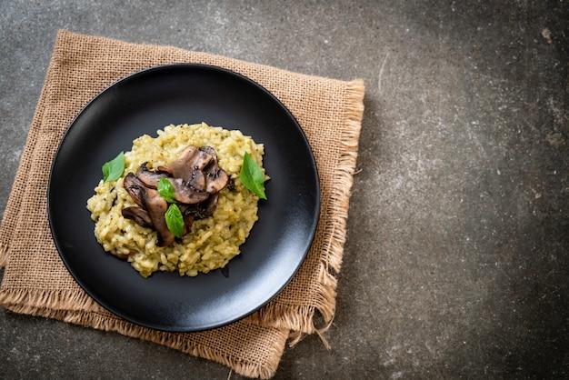 Grzybowe risotto z pesto i serem