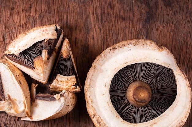 Grzyby portobello na starym stole z drewna