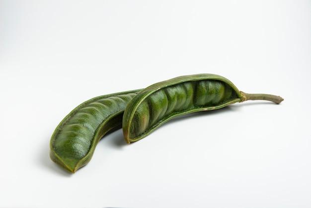Guaba lub cuaniquil, świeże owoce ameryki południowej na białym tle