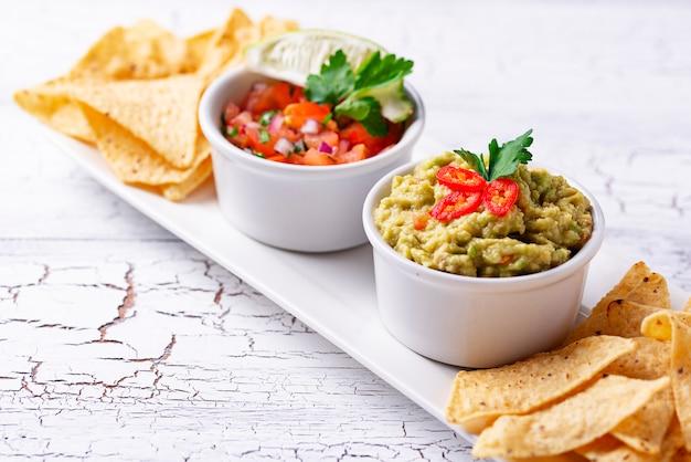 Guacamole, sos pomidorowy salsa i frytki nachos