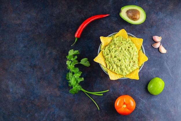 Guacamole z dodatkami i chipsami tortilla nachos