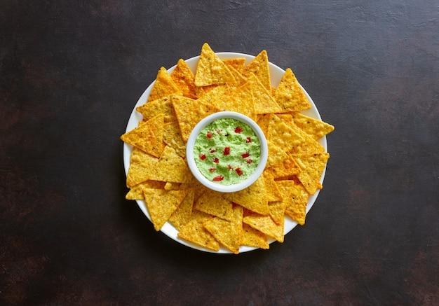 Guacamole z nachosami z chipsami kukurydzianymi. meksykańskie jedzenie. jedzenie wegetariańskie.