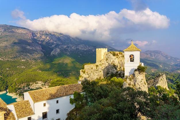 Guadalest kościół i zamek zbudowany na szczycie skalistego urwiska. alicante.