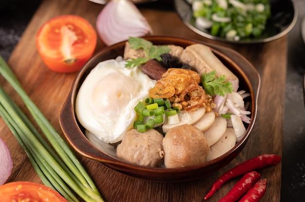 Guay jap, klopsiki, wietnamska kiełbasa wieprzowa i jajko sadzone, kuchnia tajska.