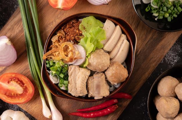 Guay jap, klopsiki, wietnamska kiełbasa wieprzowa i kość wieprzowa, kuchnia tajska.
