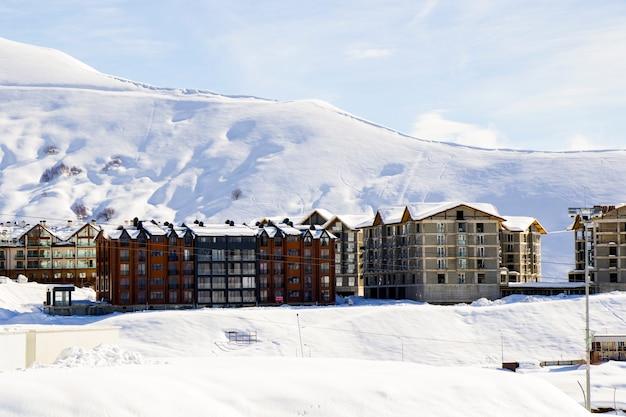 Gudauri, gruzja - 06 lutego 2021: ośrodek narciarski, zaśnieżone góry i schroniska.