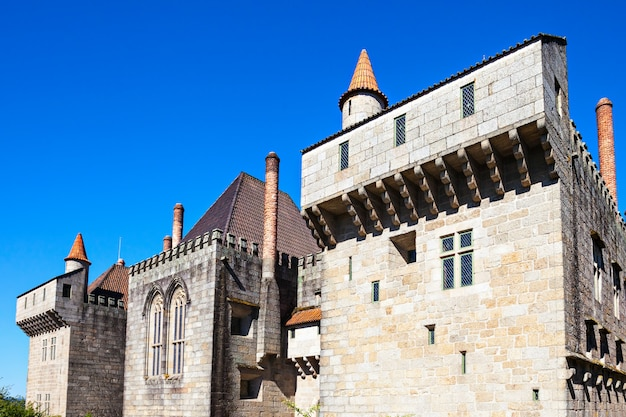 Guimaraes, portugalia - 11 lipca: pałac książąt braganza, średniowieczny pałac i muzeum na 11 lipca 2014 r. w guimaraes, portugalia