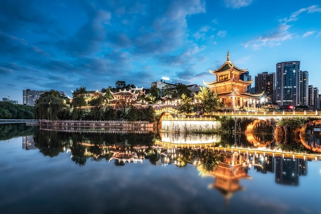 Guiyang china skyline w jiaxiu pavilion nad rzeką nanming
