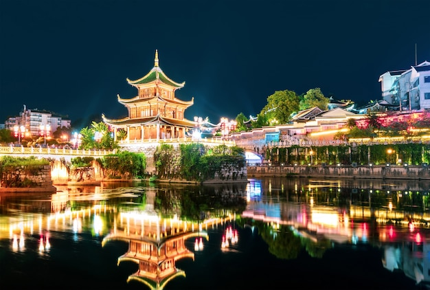 Guiyang, chiny w jiaxiu pavilion na rzece nanming.