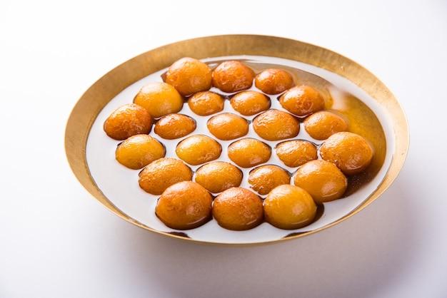 Gulab jamun lub gulaab jamun to słodki mithai na bazie mleka