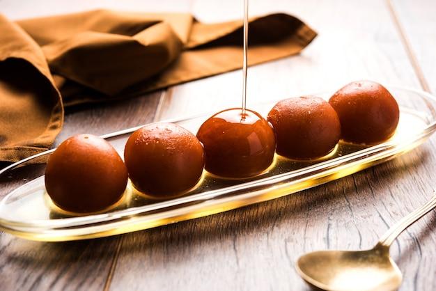 Gulab jamun to indyjskie słodycze na bazie mleka, produkowane na festiwalu lub weselu