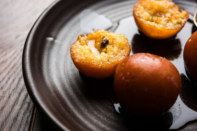 Gulab Jamun To Indyjskie Słodycze Na Bazie Mleka, Produkowane Na Festiwalu Lub Weselu Premium Zdjęcia
