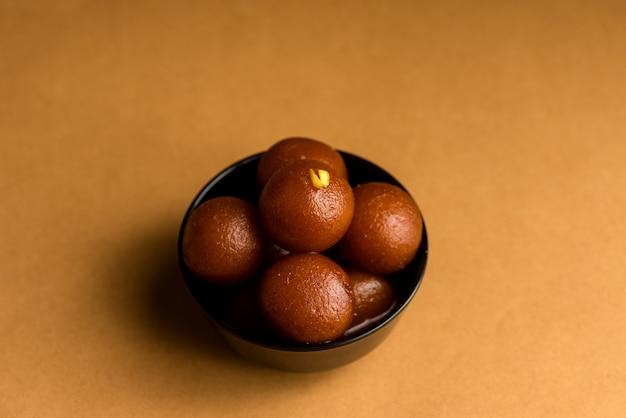 Gulab jamun w misce. indyjski deser lub słodkie danie.