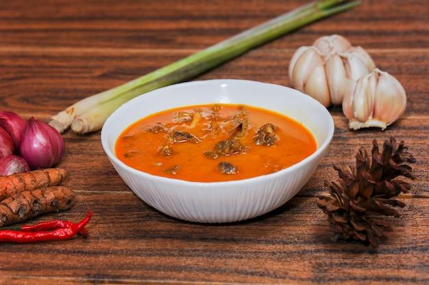 Gulai kambing to indonezyjska tradycyjna żywność zawierająca bogatą i pikantną żywność