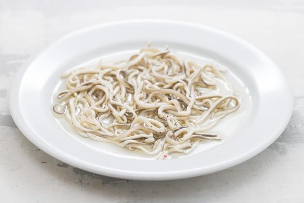 Gulas z olejem na białym talerzu.