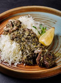 Gulasz mięsny z ryżem i cytryną.