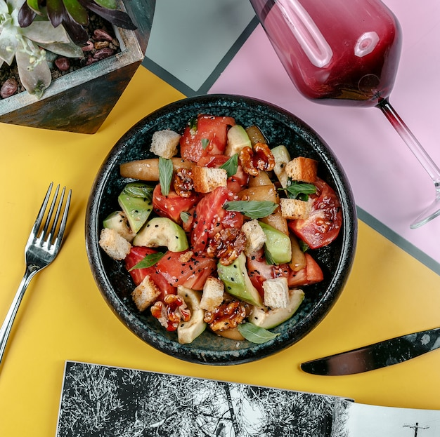 Gulasz mięsny z warzywami w czarnej żelaznej misce.