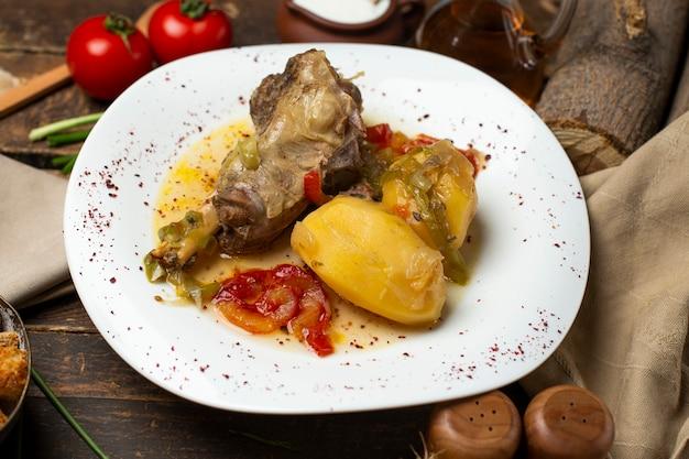 Gulasz mięsny z ziemniakami, olejem i przyprawami.