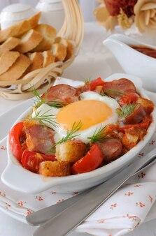Gulasz warzywny z kiełbasą i jajkiem z krakersami