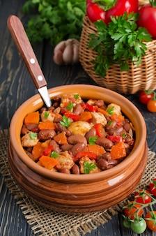 Gulasz warzywny z kurczakiem i fasolą