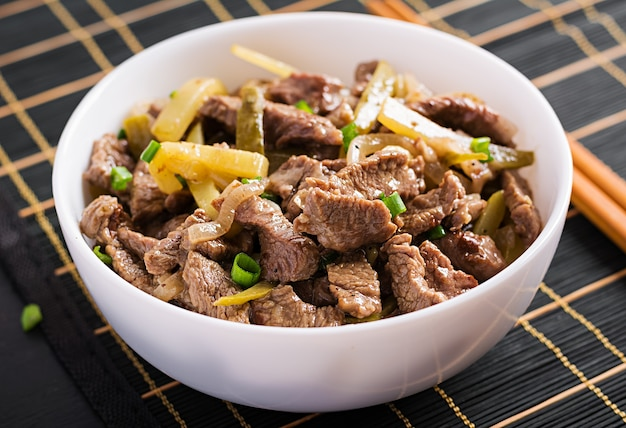 Gulasz wołowy, kawałki wołowiny duszone w sosie sojowym z przyprawami z kiszonym ogórkiem w stylu azjatyckim.