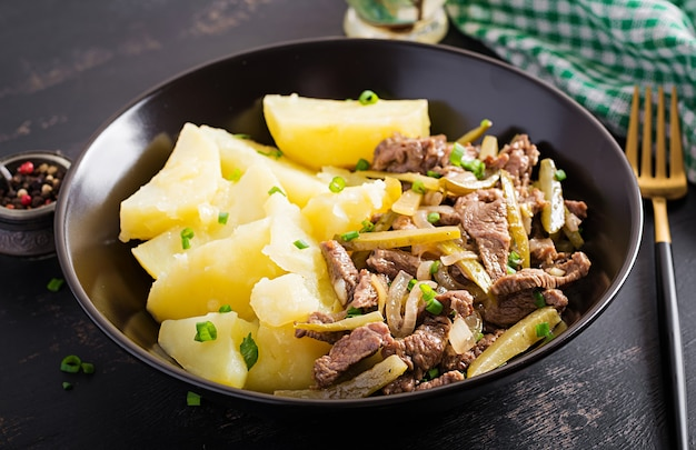 Gulasz wołowy, kawałki wołowiny duszone z ogórkiem kiszonym po rosyjsku. stroganow wołowy i ziemniaki gotowane.