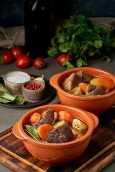 Gulasz z dużymi kawałkami wołowiny i warzyw. burgundowe mięso. powolne duszenie, gotowanie.