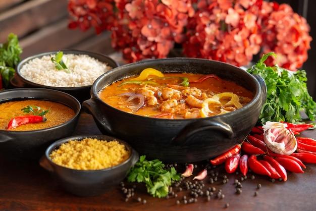 Gulasz z krewetek zwykle podawany z papką ryżową i mąką z manioku tradycyjne danie brazylii
