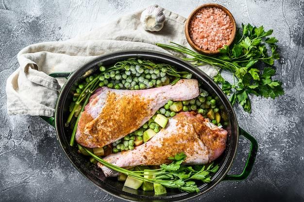 Gulasz z kurczaka. przepis na podudzia z natką pietruszki, groszkiem, selerem i ziemniakami. widok z góry.