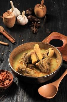Gule kambing jawa timur lub curry z jagnięciny east java, pyszne menu na id al-adha. zwykle podawany z sate kambing (szaszłyki z baraniny)