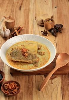 Gule kambing lub kari kambing jawa timur lub east java lamb curry, pyszne menu na eid al adha. zwykle podawany z sate kambing (szaszłyki z baraniny)