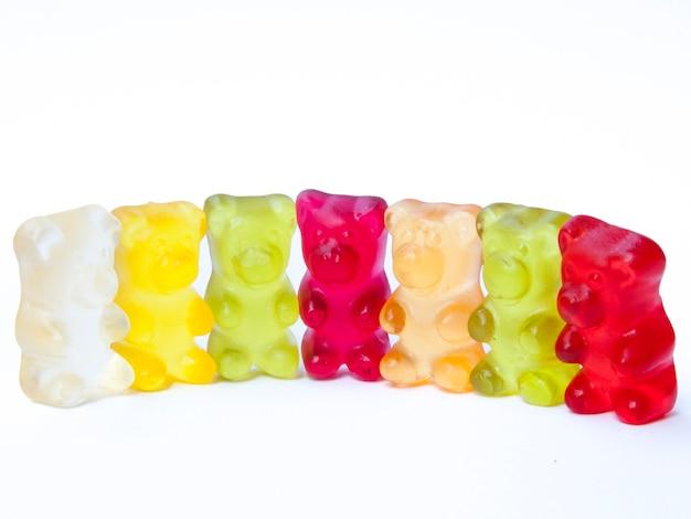Gummy niedźwiedzie cukierki w rzędzie.