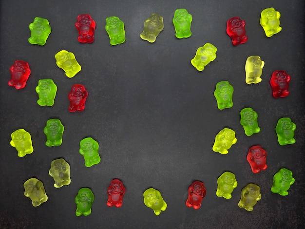 Gummy nosi na czarnym tle z miejsca kopiowania
