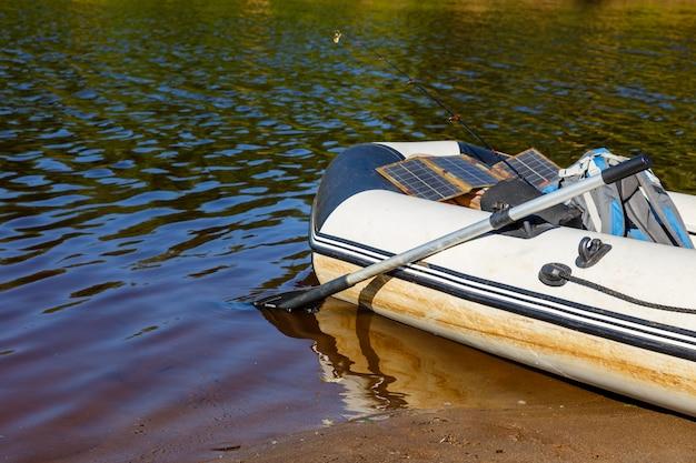 Gumowa łódź na rzece