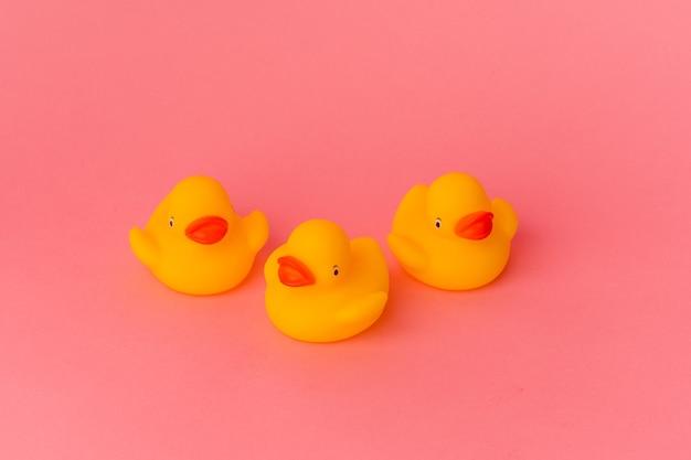 Gumowe kaczki na różowym tle