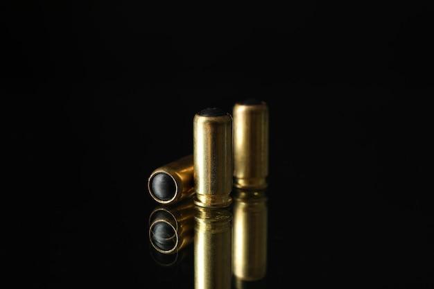 Gumowe kule na lustrze. broń do samoobrony